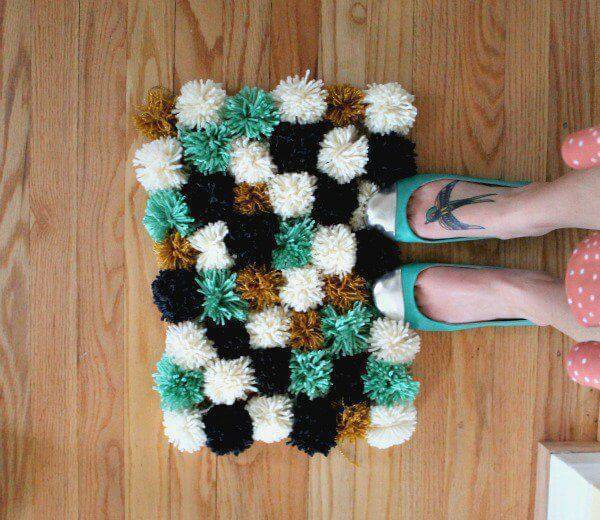como fazer tapete de pompom verde delicado