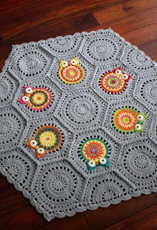 coruja de crochê em tapete