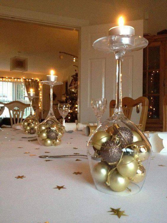 decoração de ano novo bolas em tacas