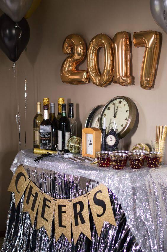 decoração de ano novo com baloes e garrafas