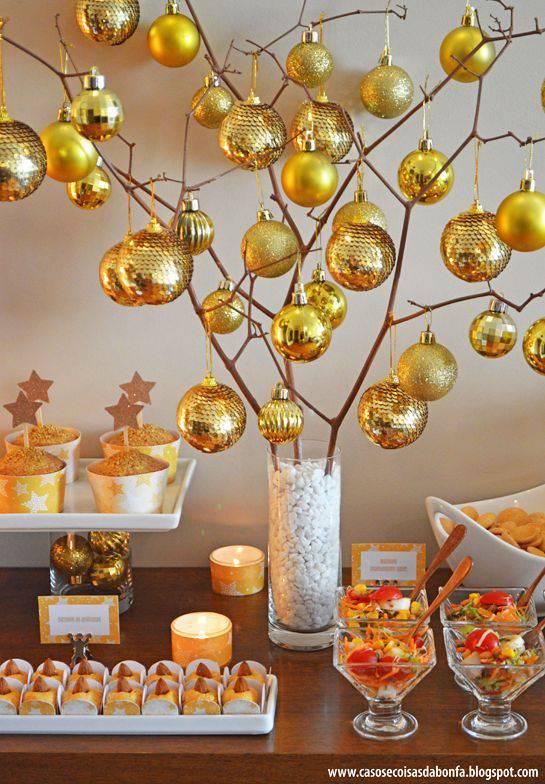 decoração de ano novo com bolas douradas