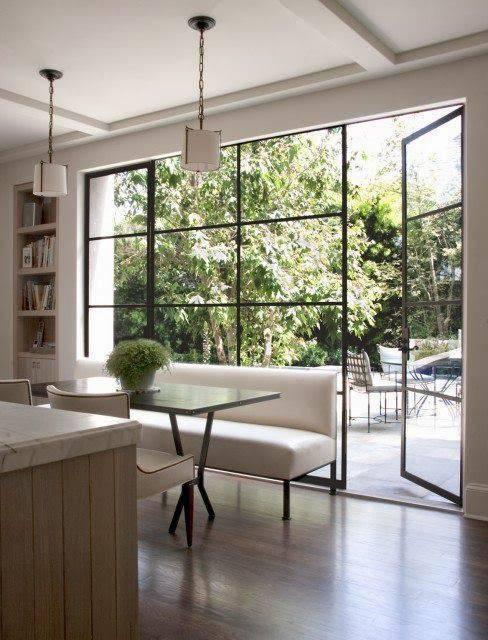 porta de vidro com esquadria escura