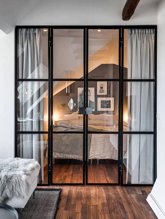 porta de vidro quarto de casal com armacao preta
