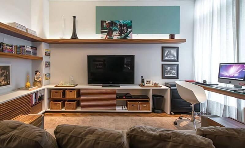 sala planejada com home office projeto de Leonardo Muller