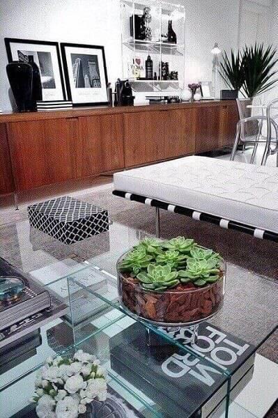 sala planejada com nichos de plástico projeto de Rafael Samman