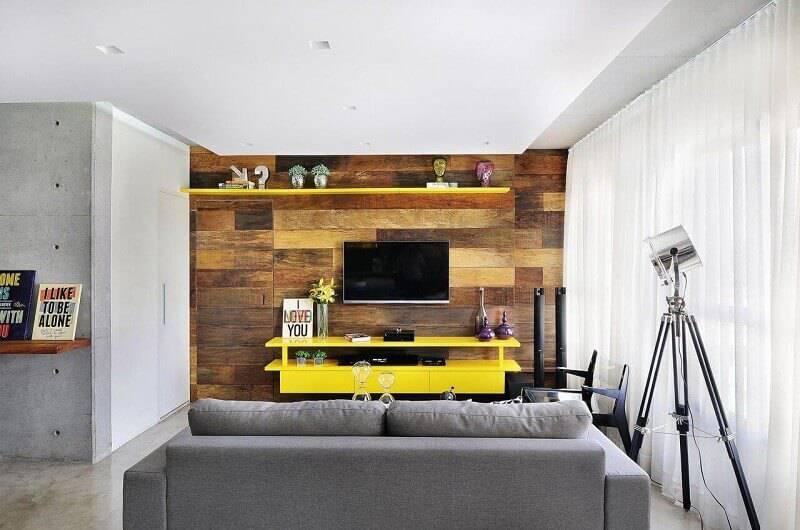 sala planejada com parede de madeira projeto de IDB Arquitetura