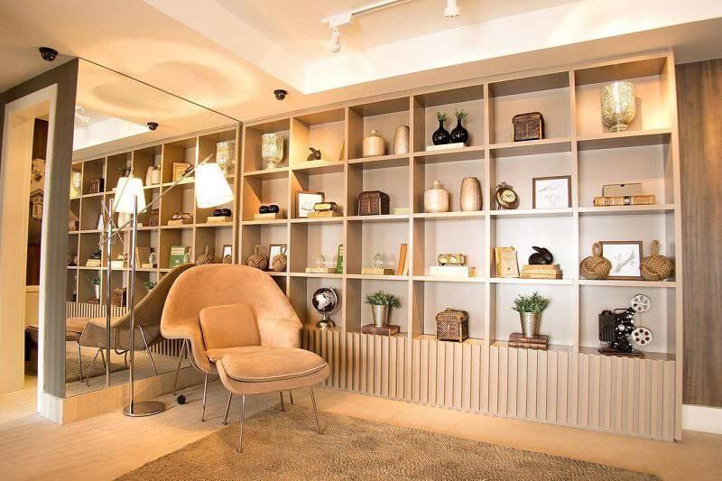 sala planejada com poltrona projeto de Carlos Rossi
