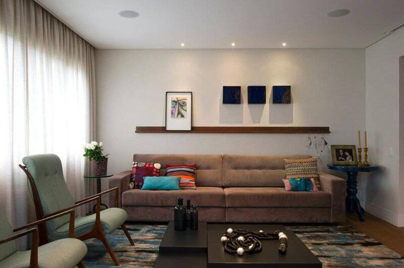 sala planejada pequena com prateleira projeto de Crisa Santos Arquitetos