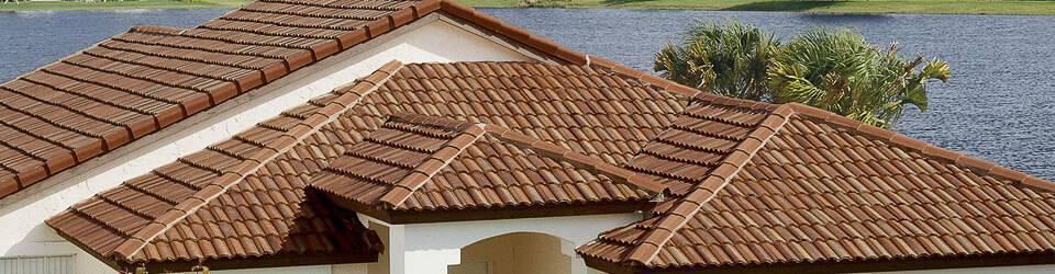 Telhado feito de telhas de cerâmica, um dos tipos de telhas mais clássicos