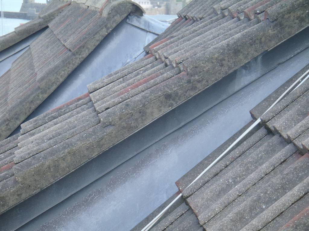 Outro exemplo de tipos de telhas mais conhecidos, o de amianto