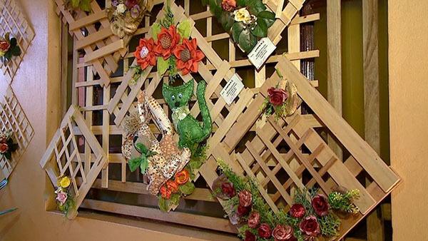 Artesanato de madeira decoram o ambiente