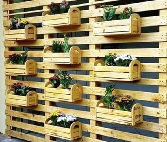 Artesanato em madeira com caixote para jardim vertical