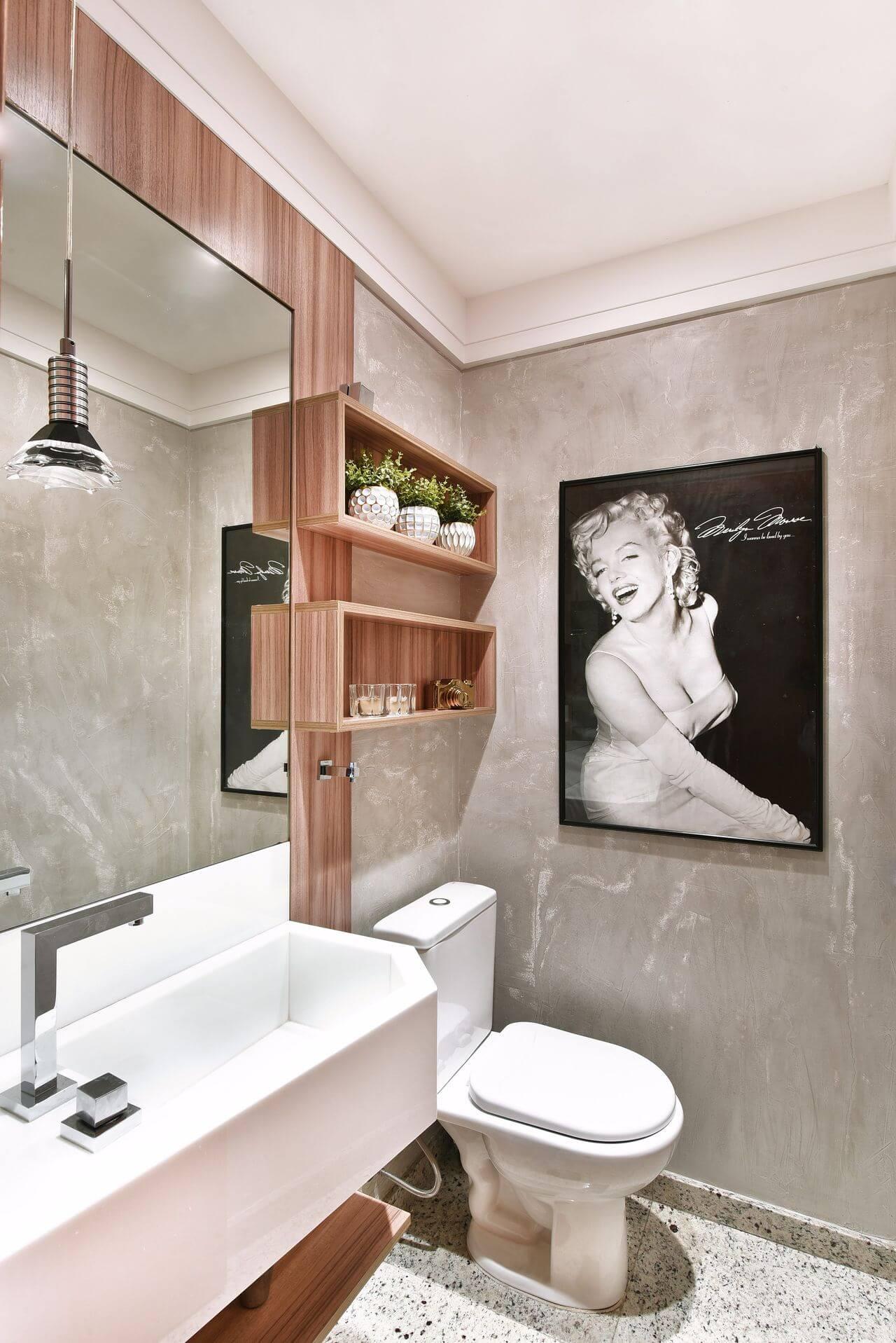 Banheiro com nicho e painel de artesanato em madeira Projeto de Tetriz Arquitetura