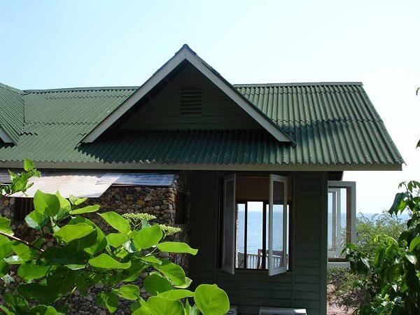 Telhado formado por tipos de telhas de fibra vegetal