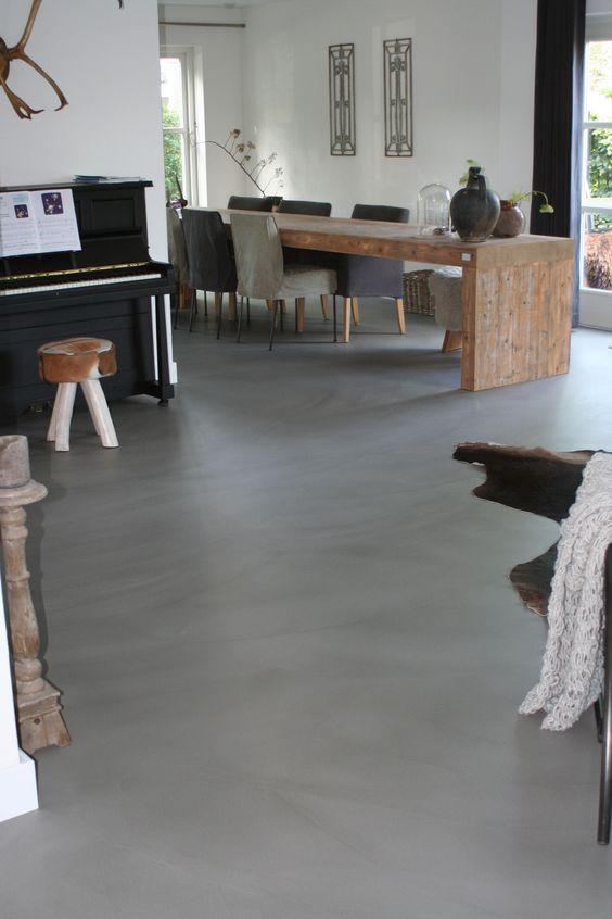 Casa com piso de cimento queimado e decoração industrial