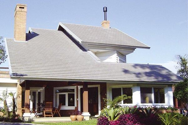 Casa com telhado feito com telha de concreto