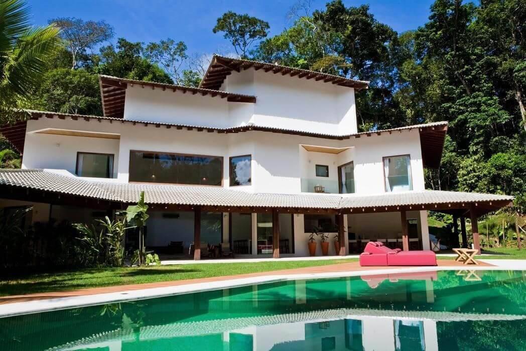 Casa com vários níveis de tipos de telhas. Projeto de Olegário de Sá