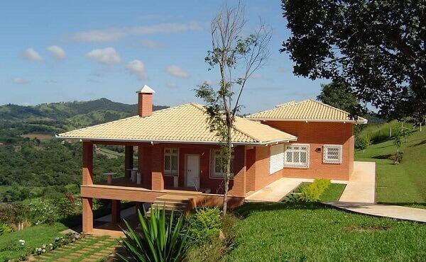 Casa de campo com telhado feito de tipos de telhas esmaltadas