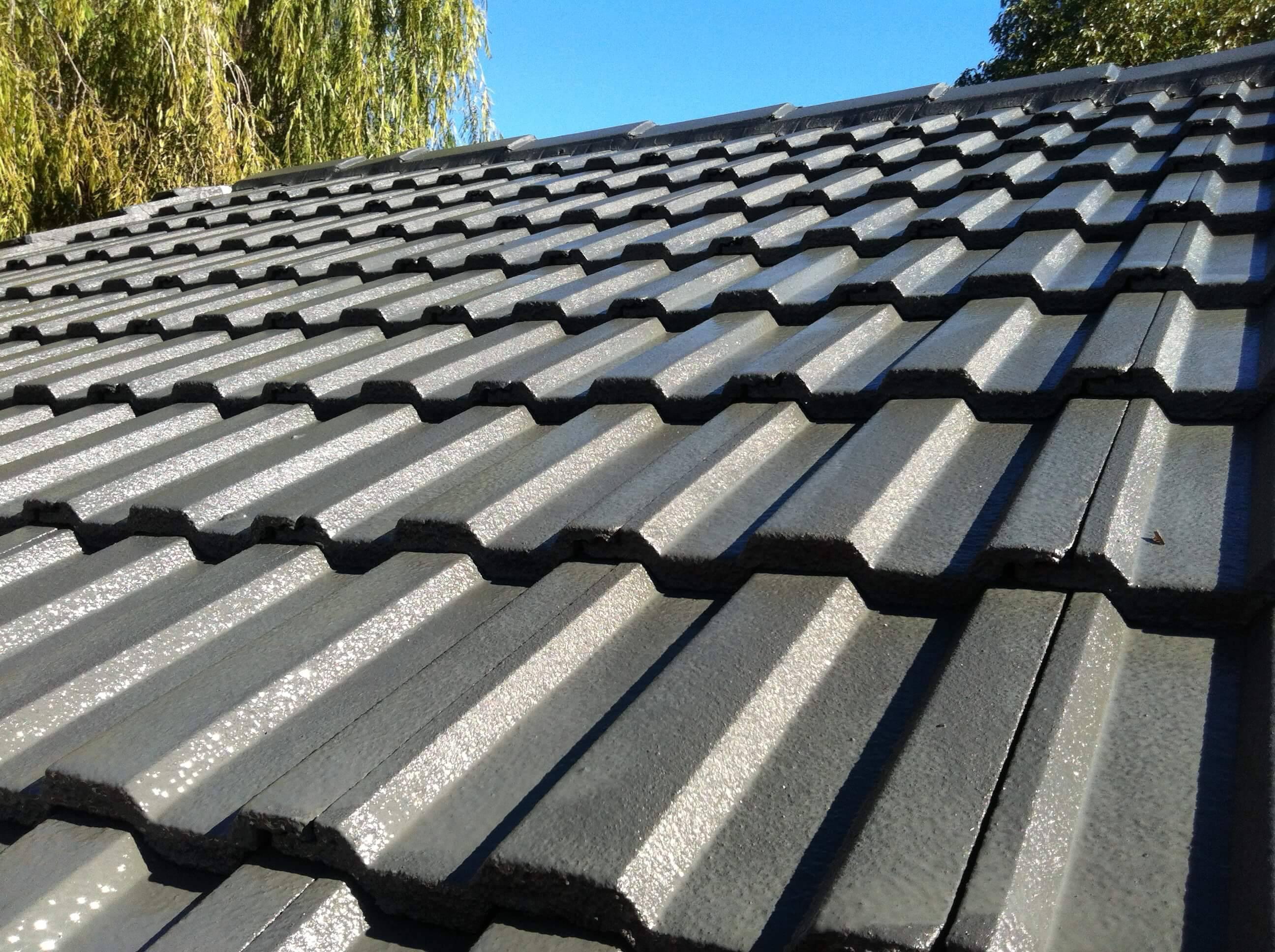 Close em um dos tipos de telhas mais procurados atualmente, o de cimento