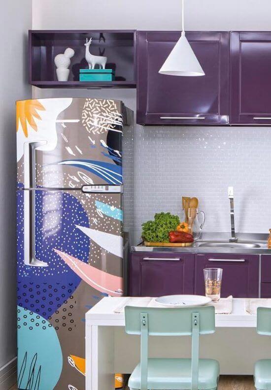 Cozinha alegre e descontraída com envelopamento de geladeira colorido. Fonte: Pinterest