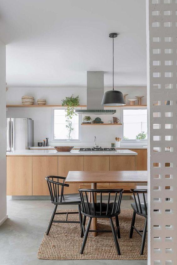 Cozinha com piso de cimento queimado e armários de madeira