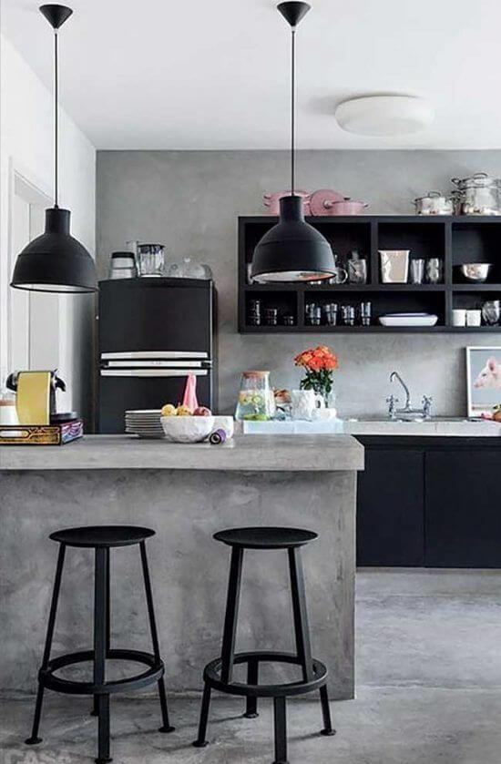 Cozinha estilo industrial pede um envelopamento de geladeira preta. Fonte: Pinterest