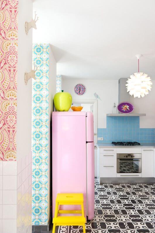 Cozinha vintage com envelopamento de geladeira em tom rosa. Fonte: Pinterest