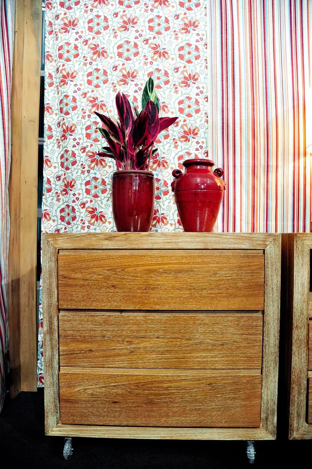 Criado mudo de artesanato em madeira Projeto de Joel Caetano Paes