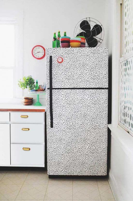 Decoração clean com envelopamento de geladeira discreto. Fonte: Pinterest