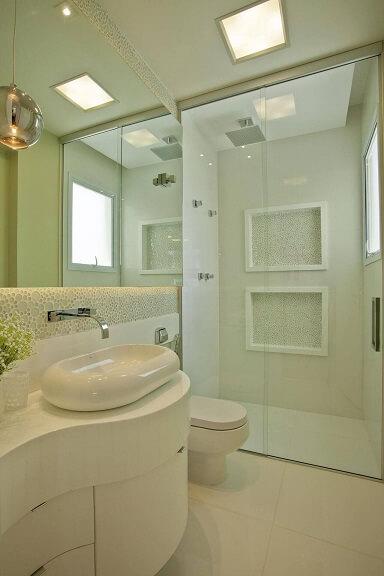 Decoração de banheiro clara com nichos de fundo ladrilhado Projeto de Iara Kilaris