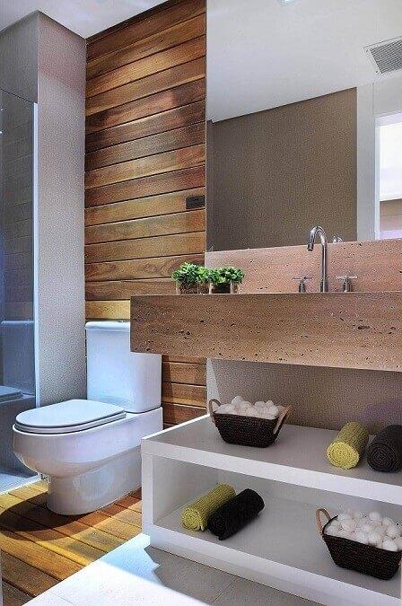 Decoração de banheiro com acabamento em madeira e espaço aberto para armazenamento embaixo da pia Projeto de Quitete Faria (1)