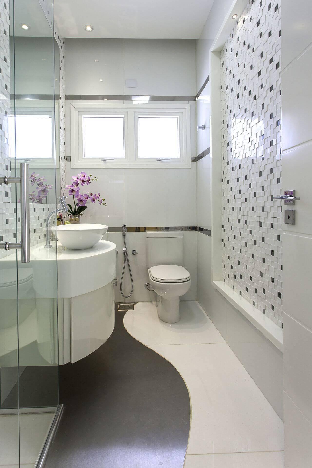 Decoração de banheiro com cores claras, gabinete, espelho amplo e box claro Projeto de Aquiles Nicolas Kílaris