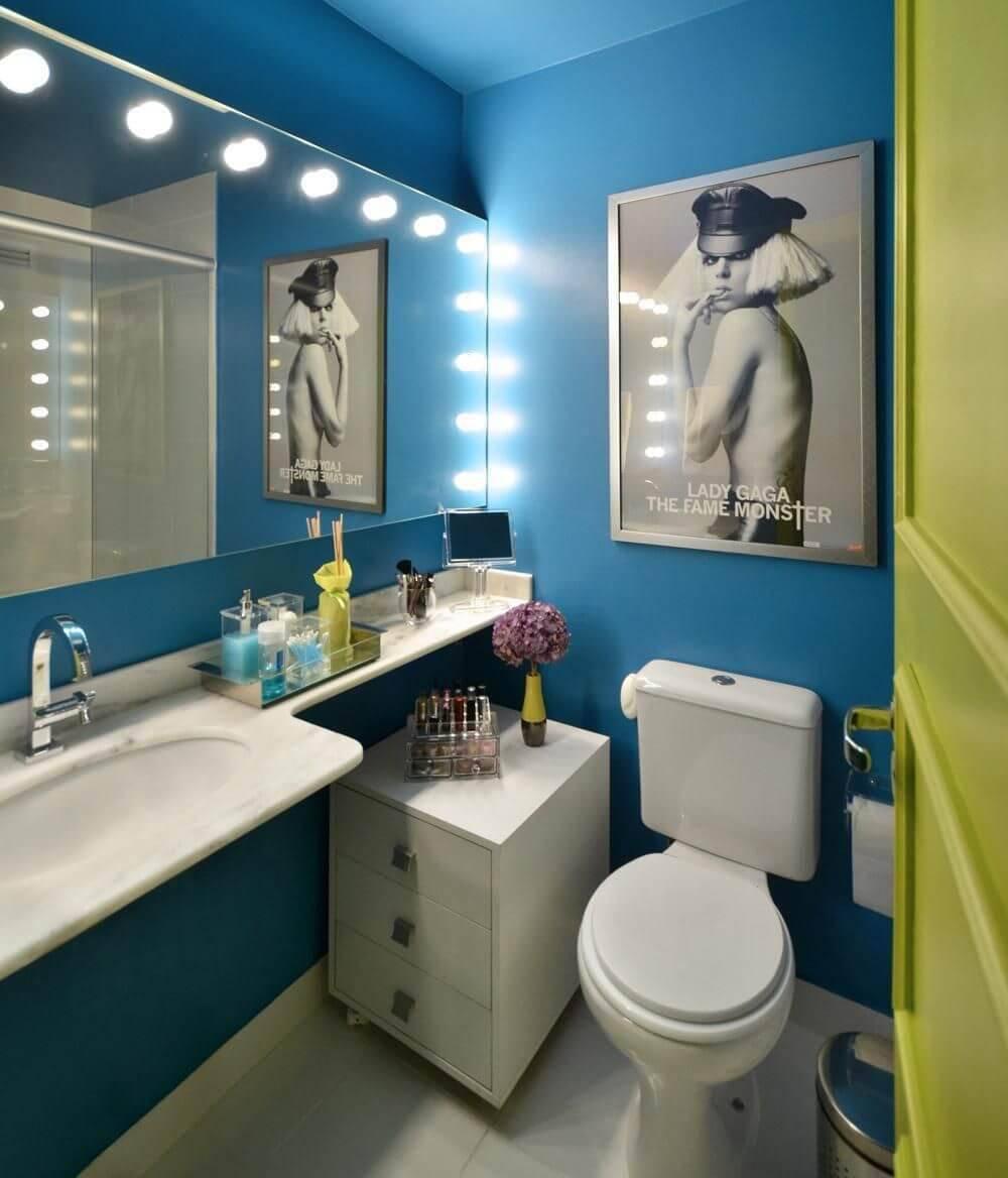 Decoração de banheiro com cores ousadas e iluminação em cima do espelho amplo Projeto de Arquitetando Ideias