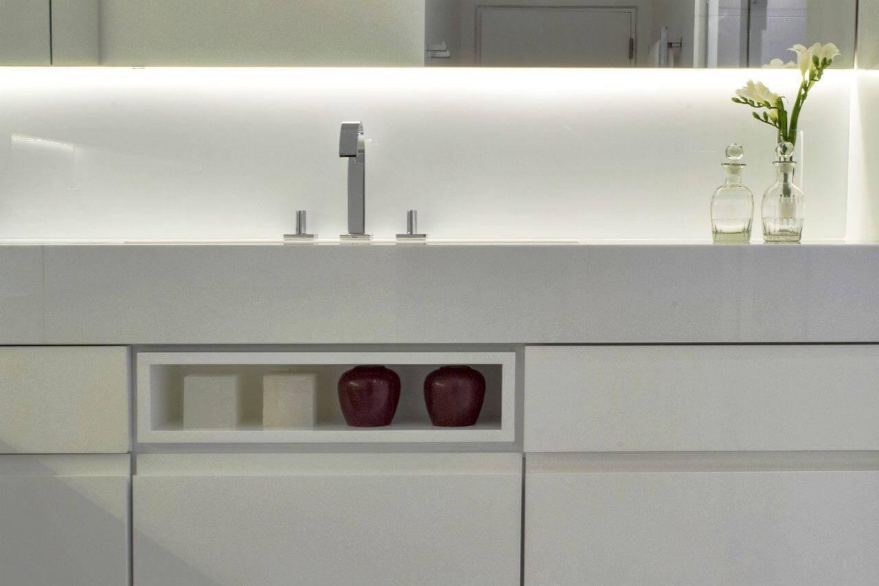 Decoração de banheiro com detalhe no gabinete para exibir objetos de decoração Projeto de Rawi Arquitetura e Interiores