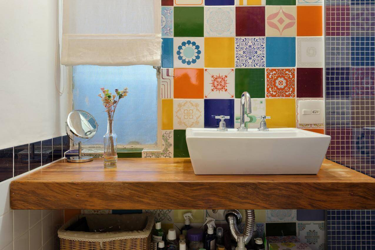 Decoração de banheiro com espaço aberto para armazenamento abaixo da pia Projeto de Matteo Gavazzi