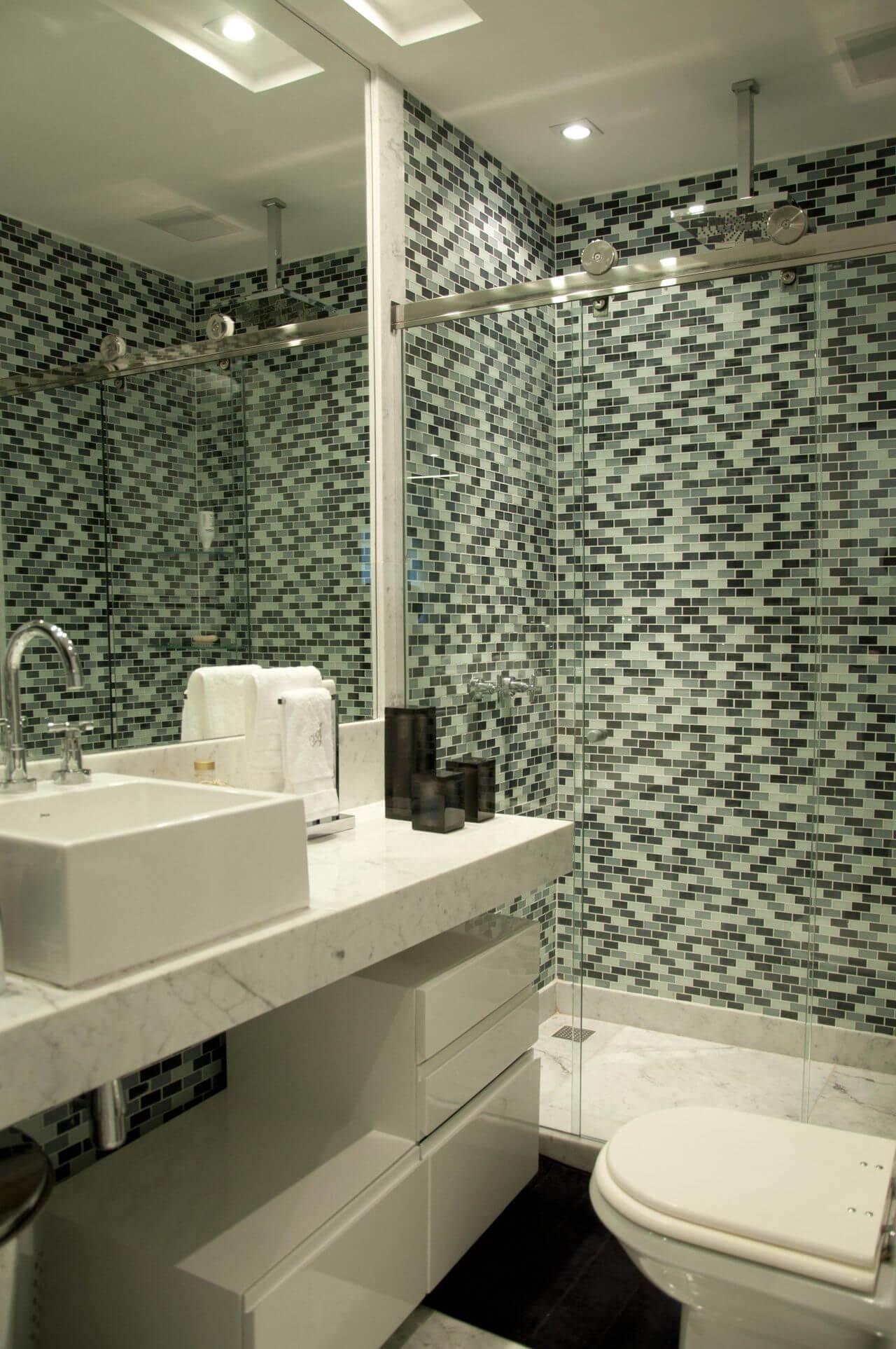 Decoração de banheiro com espaço para armazenamento abaixo da pia Projeto de Léo Shehtman