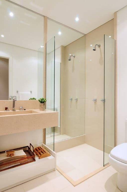 Decoração de banheiro com espelho dentro do box Projeto de Quitete Faria
