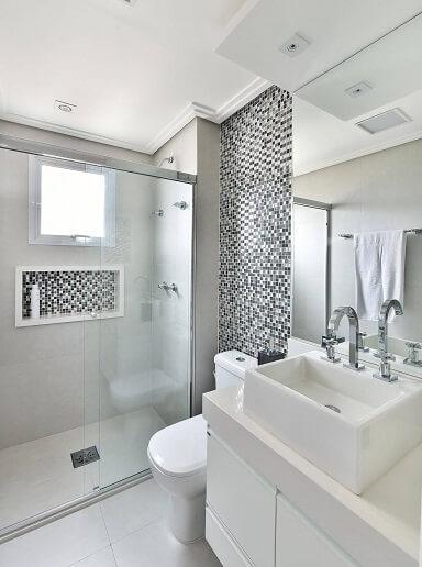 Decoração de banheiro com fundo do nicho combinando com as pastilhas Projeto de Tetriz Arquitetura