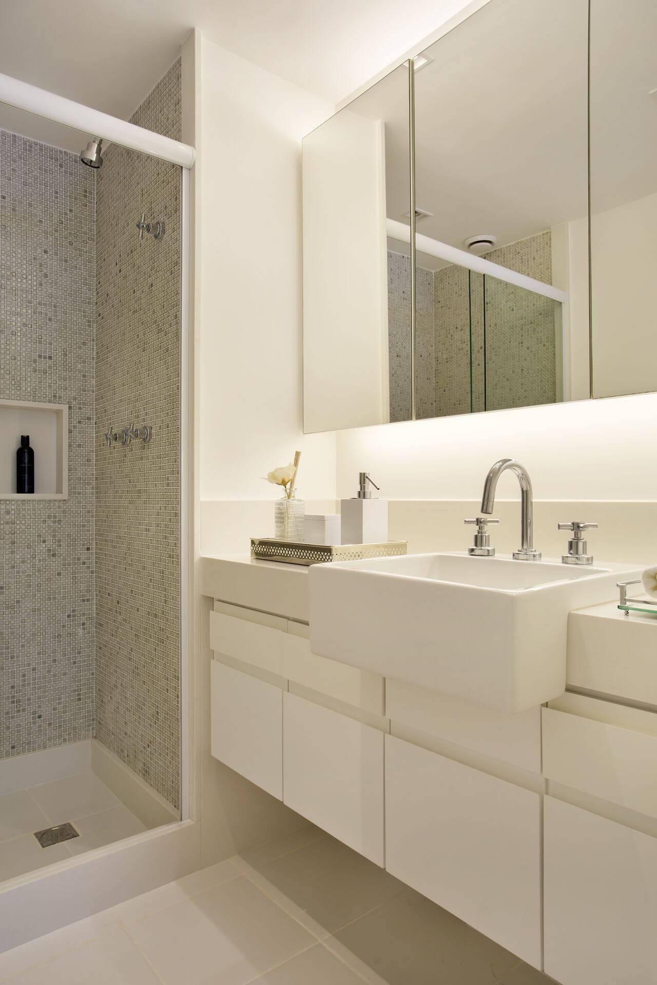 Decoração de banheiro com gabinete, armário espelhado e nicho Projeto de Fernanda Azevedo Mancini