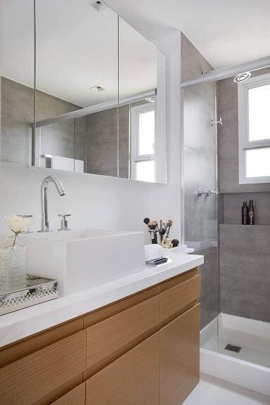 Decoração de banheiro com gabinete com gavetas armário espelhado e nicho no box Projeto de Fernanda Azevedo Mancini