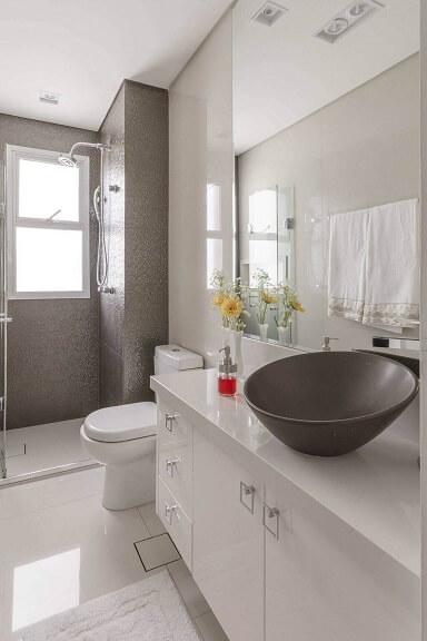 Decoração de banheiro com gabinete espaçoso Projeto de Idealizzare Arq