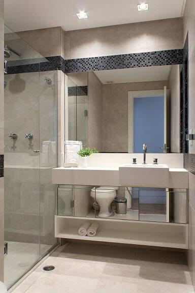 Decoração de banheiro com gabinete espelhado e espaço aberto abaixo Projeto de Semiramís Alice Assunção Simões