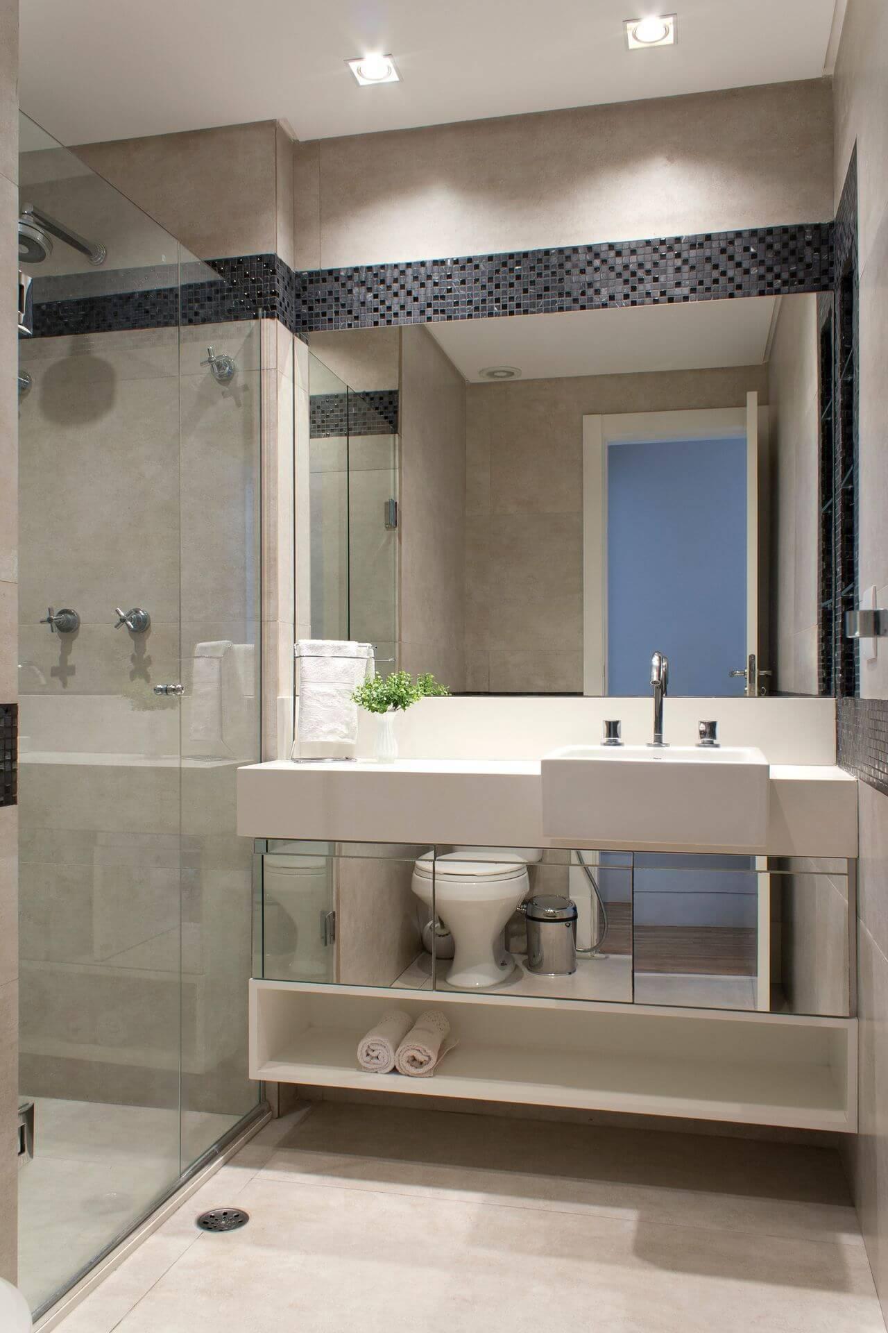 Decoração de banheiro com gabinete espelhado e espaço aberto abaixo Projeto de Semiramís Alice Assunçãon Simões