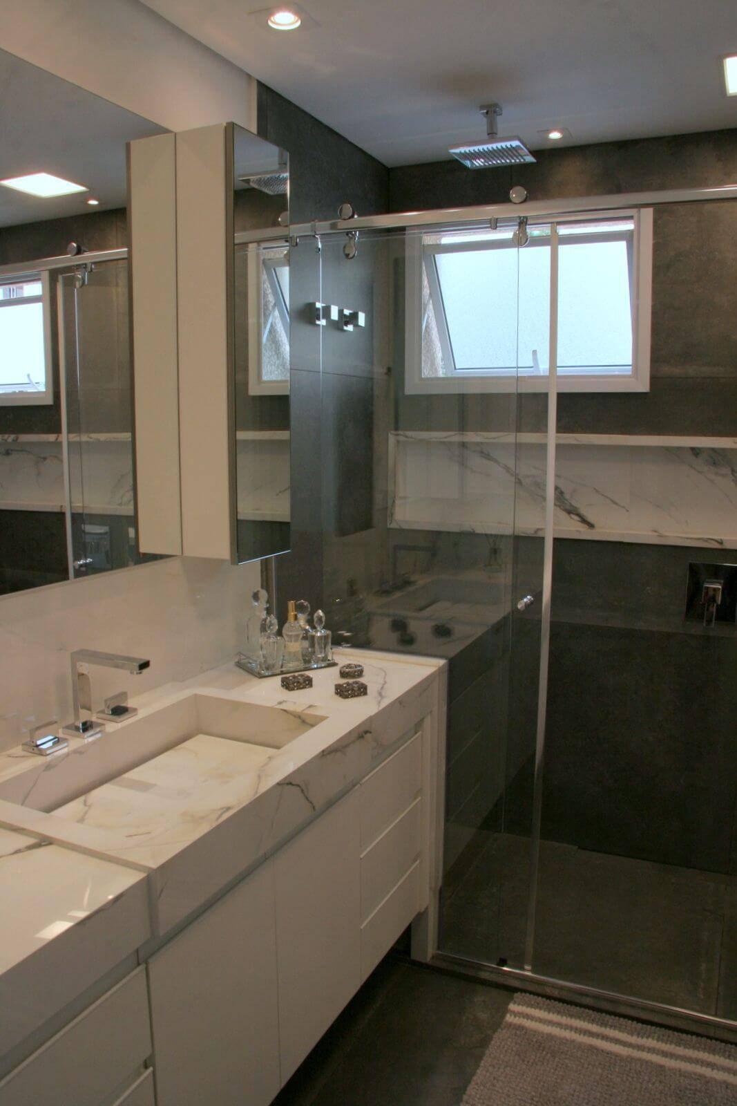 Decoração de banheiro com gabinete, espelho amplo e nicho Projeto de Moussi Arq