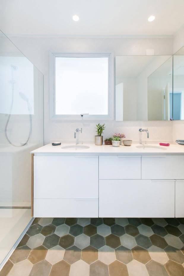 Decoração de banheiro com gabinete, espelho e aproveitamento da luz natural Projeto de DT Estúdio