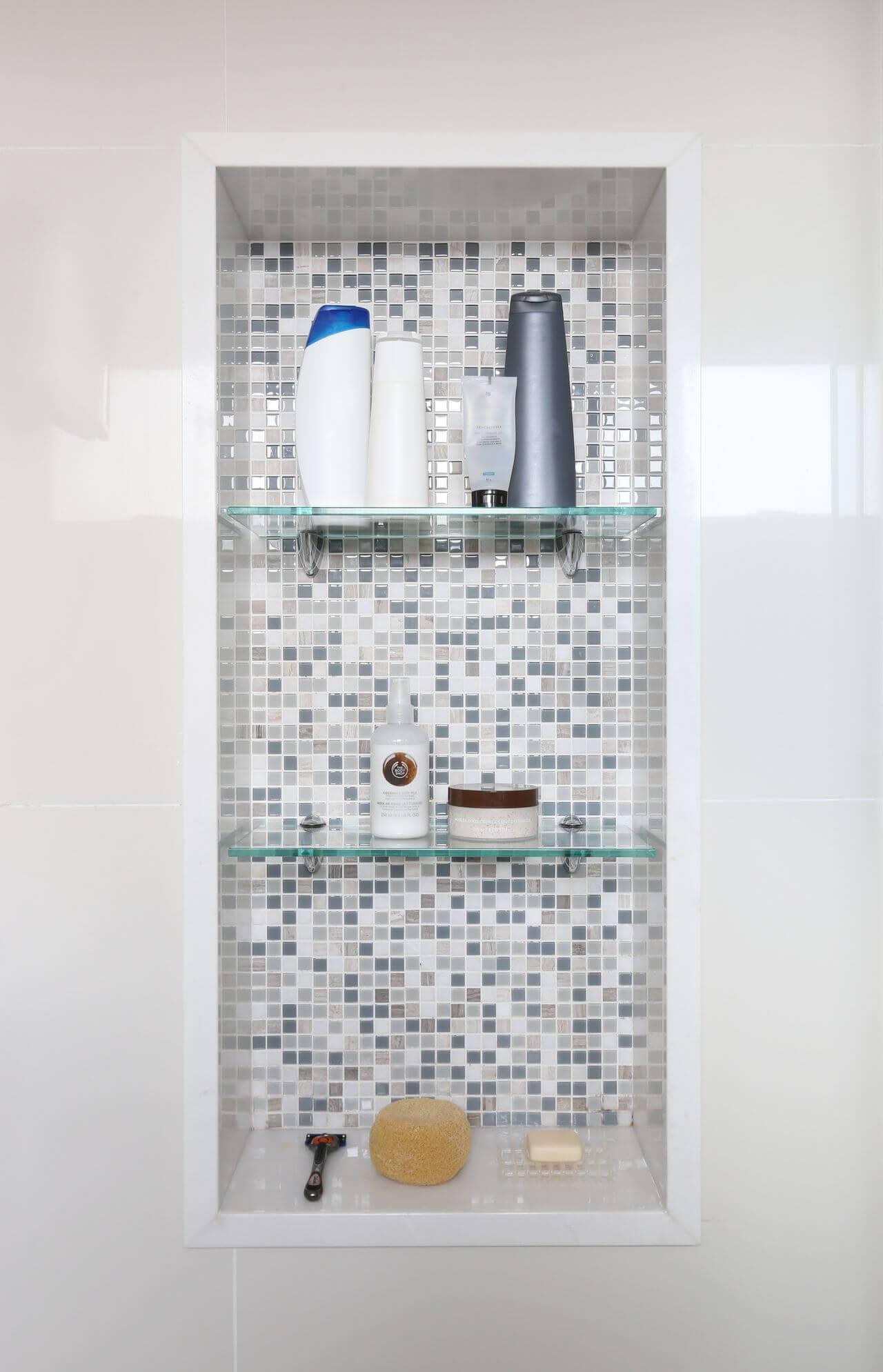 Decoração de banheiro com nicho com pastilhas cinzas Projeto de Maira Marchio