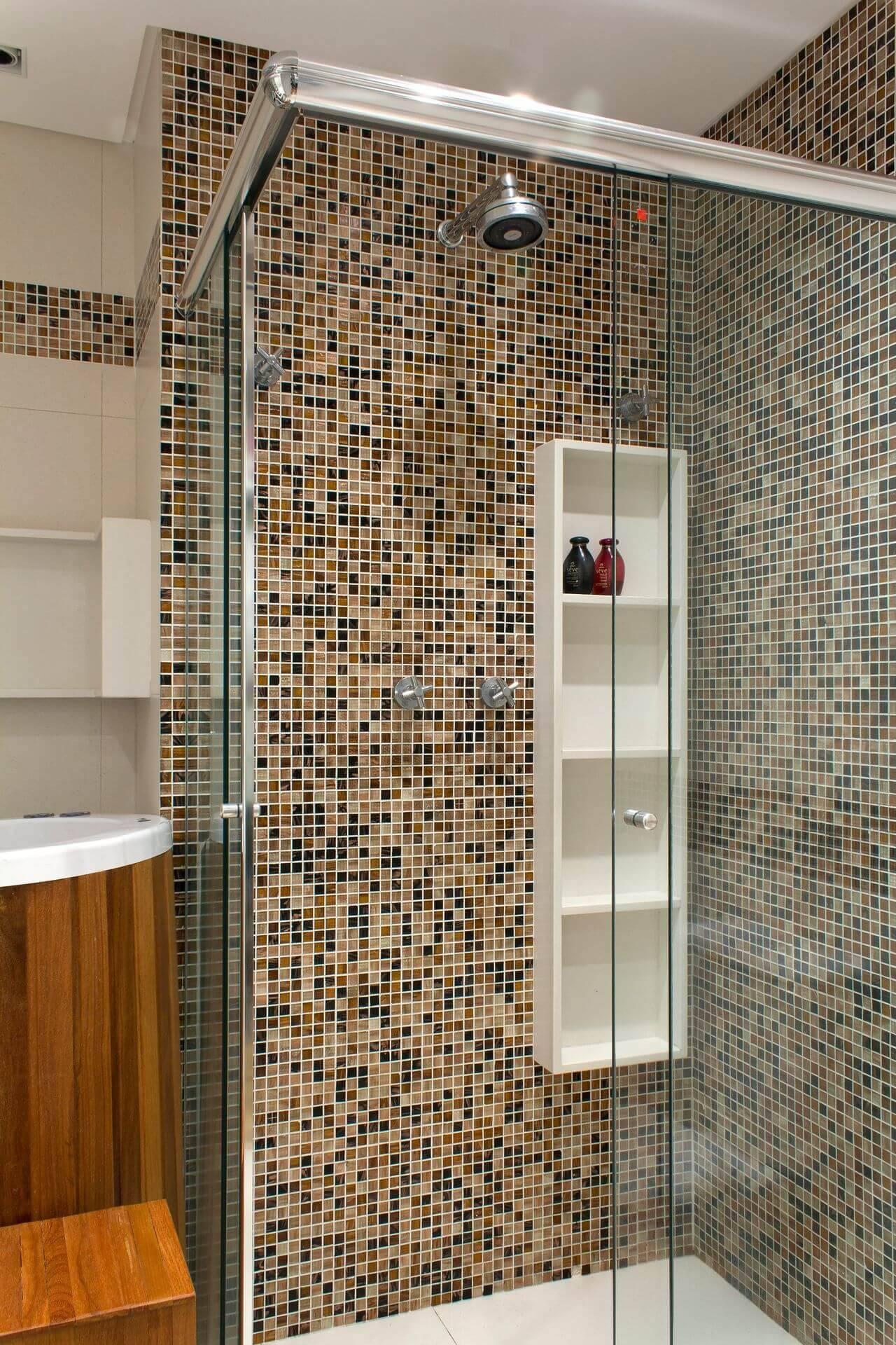 Decoração de banheiro com nicho com vários níveis Projeto de Semíramis Alice Assunção Simões