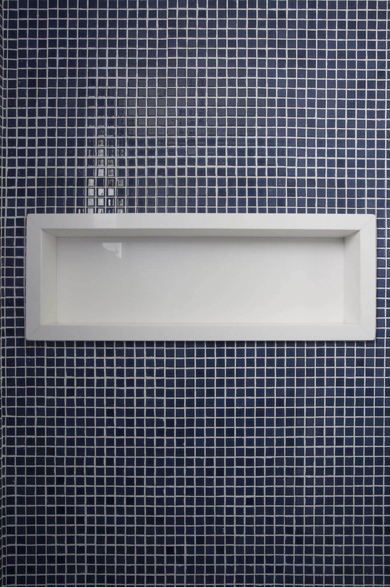 Decoração de banheiro com nicho de pedra embutido na parede de pastilhasno Projeto de Lima Orsolini Arquitetura e Interiores