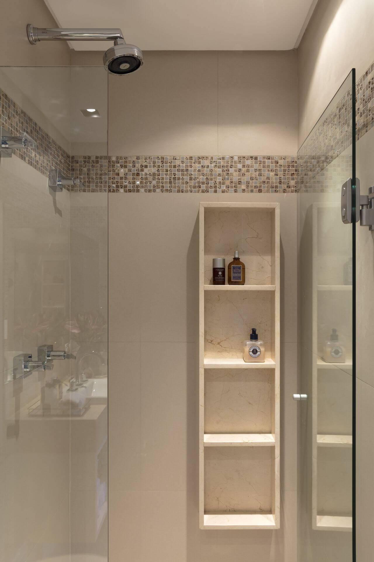 Decoração de banheiro com nicho de vários níveis Projeto de Semiramís Alice Assunção Simões