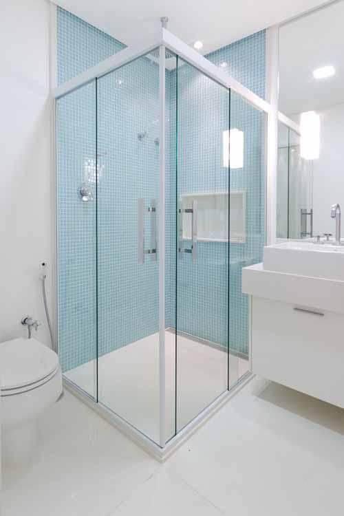 Decoração de banheiro com nicho e gabinete Projeto de Camila Tann